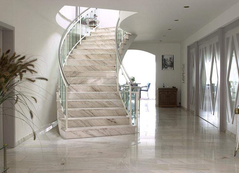 Moderne Treppe mit Keramikplatten von Armin Janser GmbH