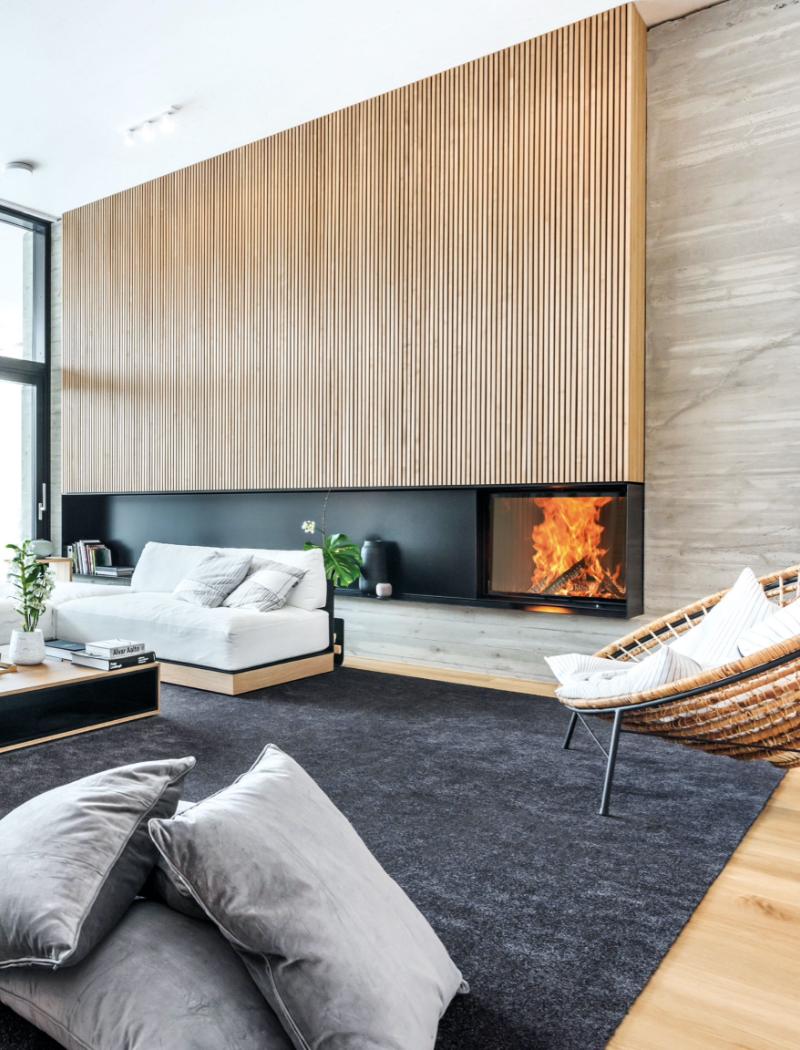 Modernes Cheminée mit Feuer in einem Wohnzimmer