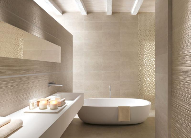 Helles Badezimmer mit Keramikplatten