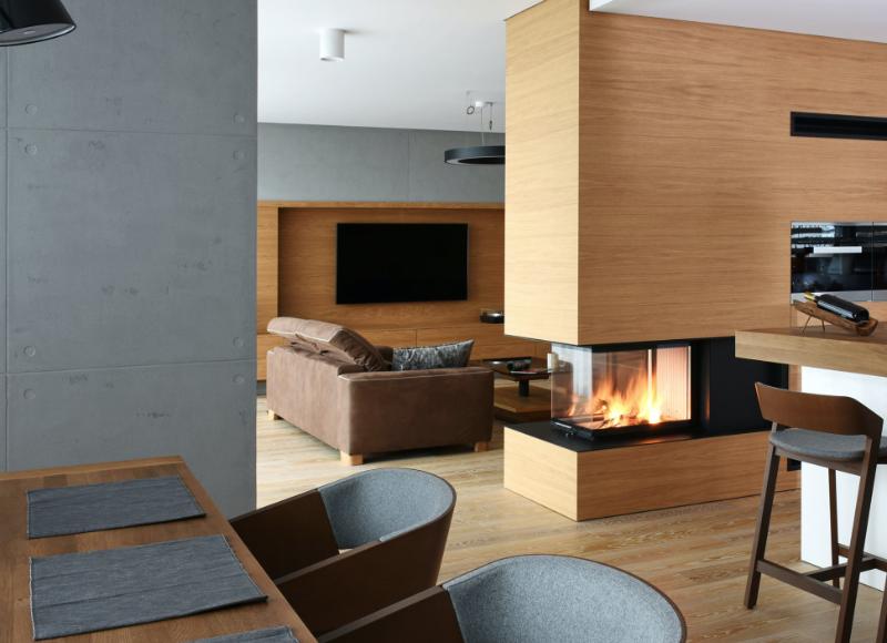 Modernes Warmluft Cheminée in Wohnzimmer